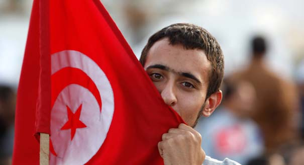 Man kisses Tunisian flag at Ennahda rally