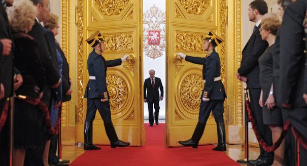 Two soldiers hold door for Putin at inaguration